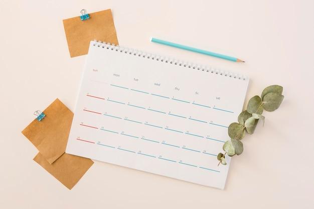 Draufsicht schreibtischkalender und blätter Kostenlose Fotos