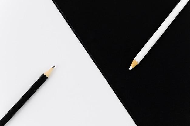 Draufsicht-schwarzweiss-paar bleistifte Kostenlose Fotos