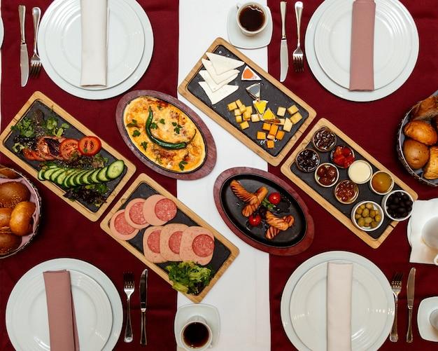 Draufsicht serviert tisch mit frühstück auf dem tisch käsewürste rührei marmelade und brot Kostenlose Fotos