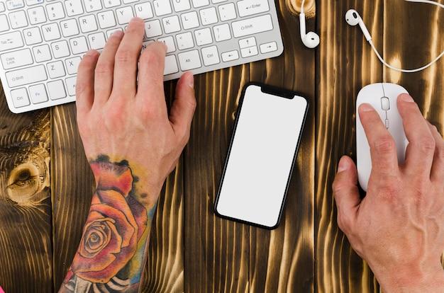 Draufsicht smartphone-vorlage über arbeitsbereich Kostenlose Fotos