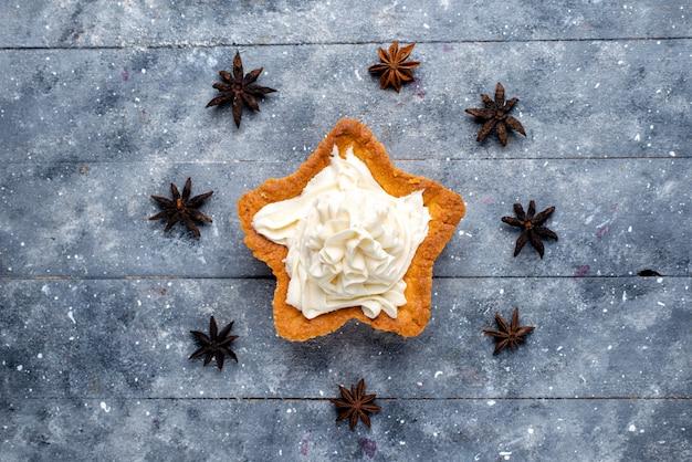 Draufsicht sternförmiger kuchen mit sahne auf dem leichten schreibtischkuchenkeks süßer zucker backen sahne Kostenlose Fotos