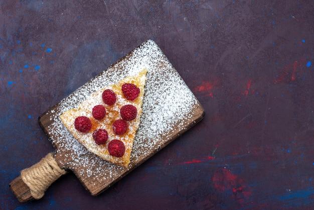 Draufsicht-stück kuchen süß mit himbeeren auf dem dunklen schreibtisch gebacken Kostenlose Fotos