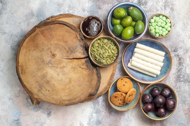 Draufsicht süße kekse mit früchten auf hellem hintergrundfoto-tee-dessert Kostenlose Fotos