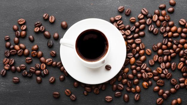 Draufsicht tasse kaffee mit bohnen Kostenlose Fotos
