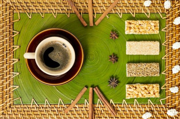Draufsicht-tasse kaffee- und müsliriegelanordnung Kostenlose Fotos