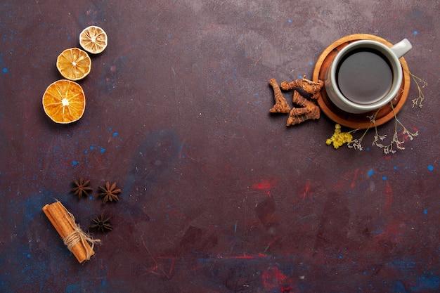 Draufsicht tasse tee innerhalb platte und tasse auf dunklem hintergrund tee trinken farbfoto süß Kostenlose Fotos