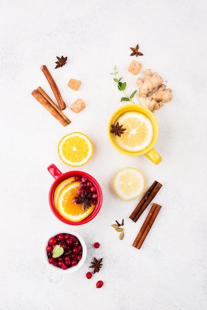 Draufsicht tassen mit zitronentee und fruchtgeschmack Kostenlose Fotos