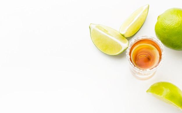 Draufsicht tequila schuss und kalk und salz mit kopierraum Premium Fotos