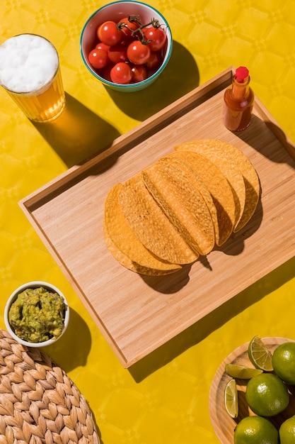 Draufsicht tortilla und bierglas Kostenlose Fotos