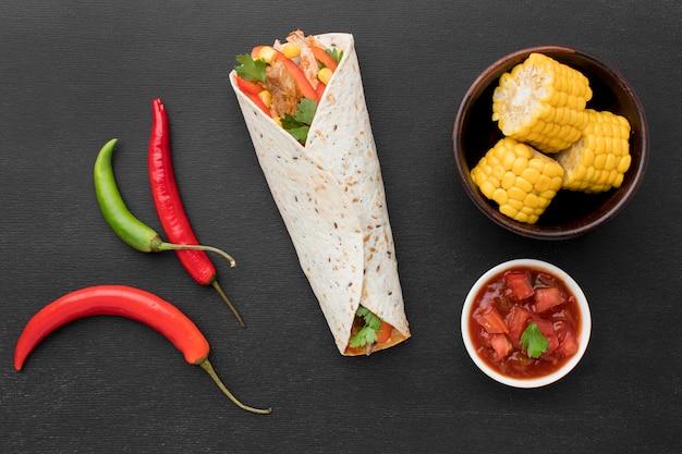 Draufsicht tortilla wrap mit chili Premium Fotos