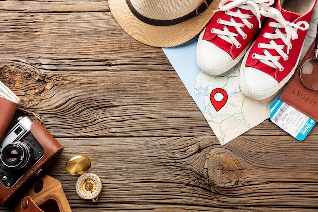Draufsicht travel kit essentials und turnschuhe Kostenlose Fotos