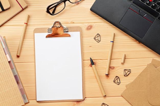 Draufsicht über arbeitsplatz mit laptop und büroartikel Premium Fotos