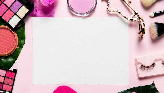 Draufsicht über kosmetik auf rosa hintergrund Kostenlose Fotos