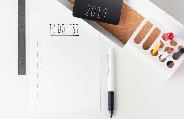 Draufsicht, um liste 2019 auf modernem papier zu tun Premium Fotos
