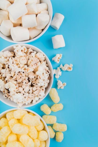 Draufsicht ungesunde snacks schalen Kostenlose Fotos