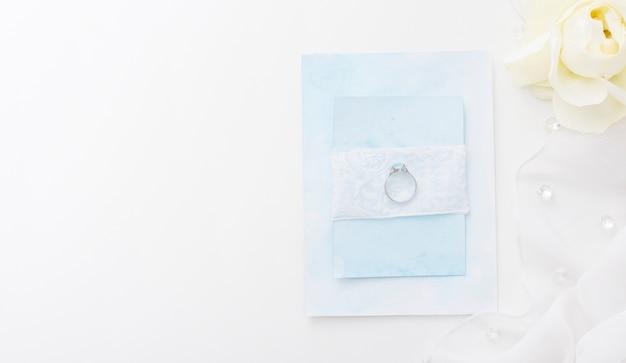 Draufsicht verlobungsring auf hochzeitskarte Kostenlose Fotos
