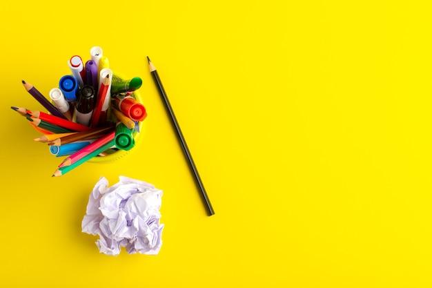 Draufsicht verschiedene stifte mit filzstiften auf gelber oberfläche Kostenlose Fotos