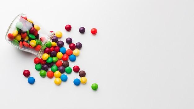 Draufsicht verschüttetes süßigkeitsglas Premium Fotos