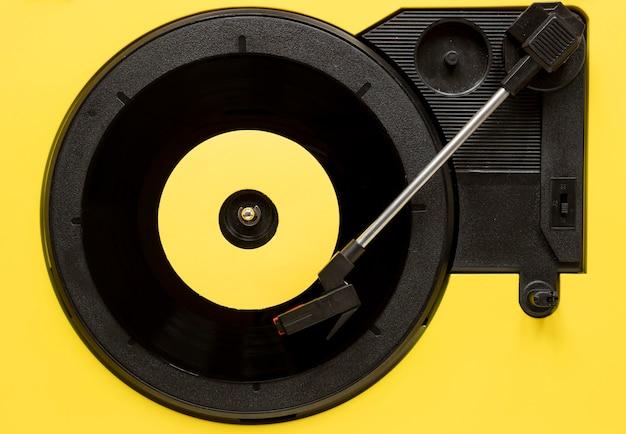 Draufsicht vinyl auf gelbem hintergrund Kostenlose Fotos