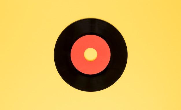 Draufsicht vinylscheibe auf gelbem hintergrund Kostenlose Fotos