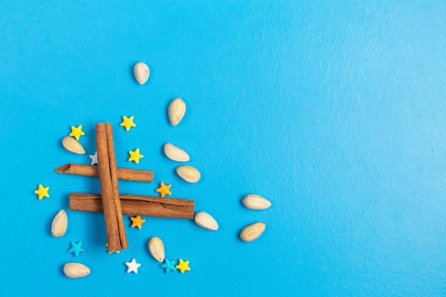 Draufsicht voll süße bonbons stern geformt mit zimt auf dem blauen hintergrund Kostenlose Fotos