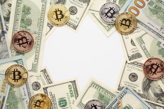 Draufsicht von bitcoin und von dollarscheinen Kostenlose Fotos