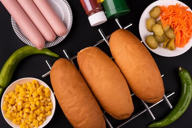 Draufsicht von brötchen und würstchen, um hot dogs zu machen Kostenlose Fotos