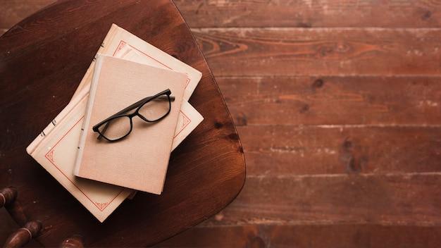 Draufsicht von büchern und von gläsern Kostenlose Fotos