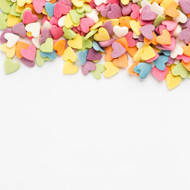Draufsicht von bunten herz-förmigen bonbons Kostenlose Fotos