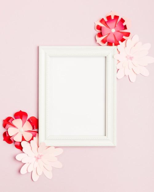 Draufsicht von bunten papierblumen und von rahmen Kostenlose Fotos