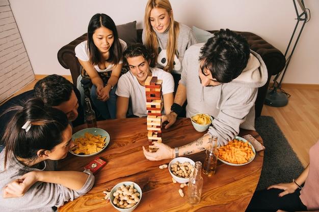 Draufsicht von den freunden, die tabletopspiel spielen Kostenlose Fotos