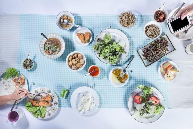 Draufsicht von den leuten, die zusammen lebensmittel essen. Premium Fotos