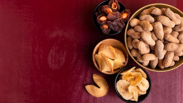 Draufsicht von erdnüssen und von zusammenstellung von festlichkeiten des chinesischen neuen jahres Kostenlose Fotos