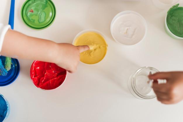 Draufsicht von farben- und kinderhänden Kostenlose Fotos