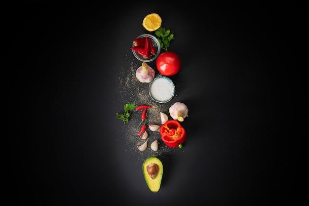 Draufsicht von frischen guacamolebestandteilen, natürliches organisches gemüse auf dem tisch, hausmannskost Premium Fotos