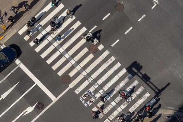 Draufsicht von fußgängern drängen das undefinierte gehen der leute über die straßenkreuzungsüberquerung Premium Fotos