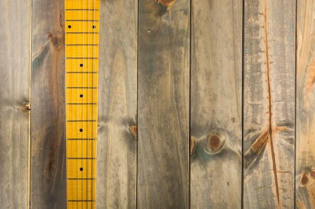 Draufsicht von gitarrensaiten und von gitterbrett auf hölzernem hintergrund Kostenlose Fotos