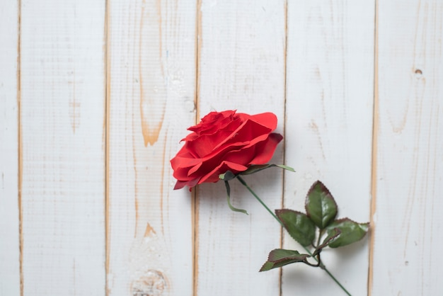 Draufsicht von hochzeitsblumen auf weißem hölzernem hintergrund Premium Fotos