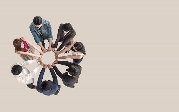 Draufsicht von jugendlich leuten im teamfauststoß bauen zusammen zusammen. Premium Fotos