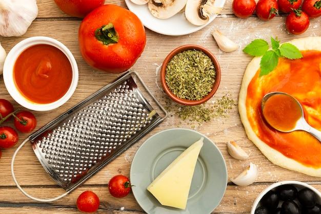 Draufsicht von käse- und pizzabestandteilen Kostenlose Fotos