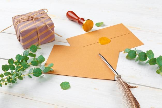 Draufsicht von, liste für neues jahr, weihnachtskonzeptschreiben auf hölzernem hintergrund zu tun Premium Fotos