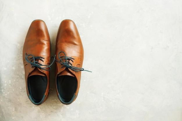 Draufsicht von männlichen schuhen der mode auf grauem hintergrund. verkaufs- und einkaufskonzept. Premium Fotos