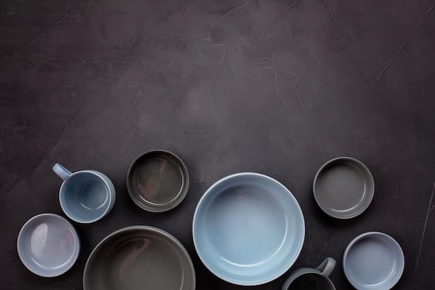 Draufsicht von modernen modischen platten in den blauen und grauen farben. minimalistische flachlage mit geschirr Premium Fotos