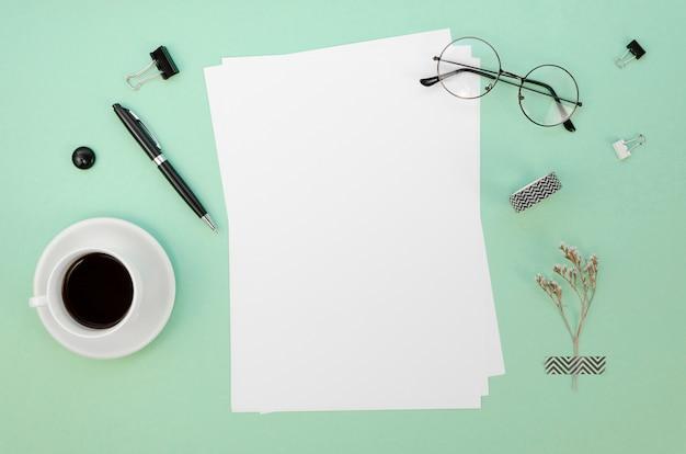 Draufsicht von papieren auf schreibtisch mit kaffeetasse Kostenlose Fotos