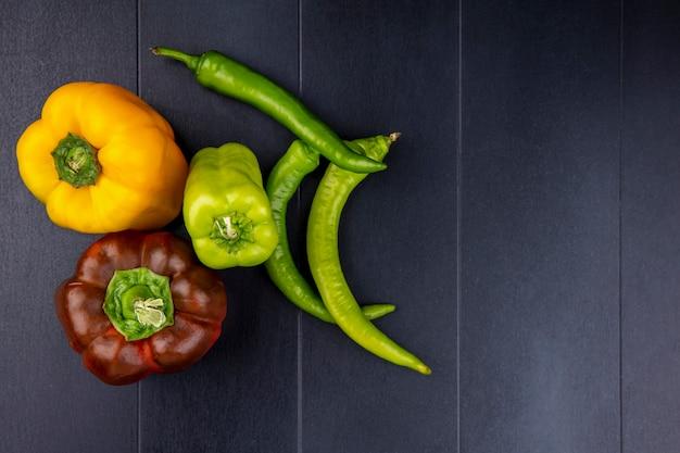 Draufsicht von paprika auf schwarzer oberfläche Kostenlose Fotos