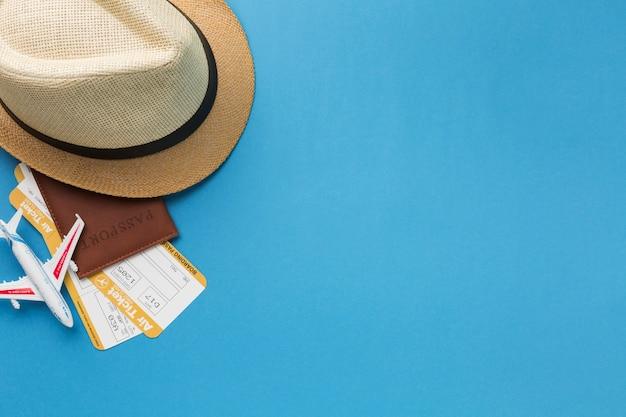 Draufsicht von reiseutensilien mit kopienraum Kostenlose Fotos