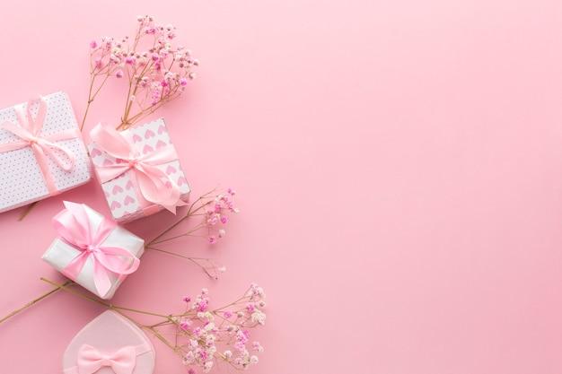 Draufsicht von rosa geschenken mit blumen und kopienraum Premium Fotos