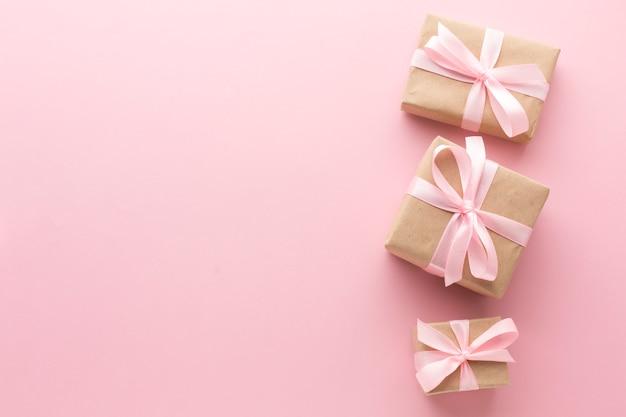 Draufsicht von rosa geschenken mit kopienraum Kostenlose Fotos