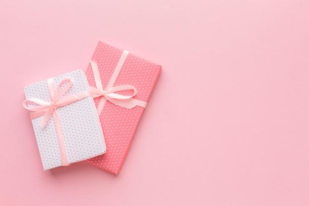 Draufsicht von rosa geschenken mit kopierraum Kostenlose Fotos