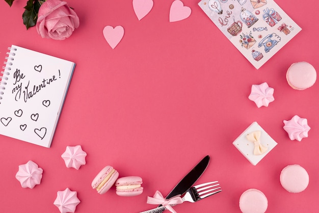 Draufsicht von rose und von macarons mit meringe für valentinstag Kostenlose Fotos